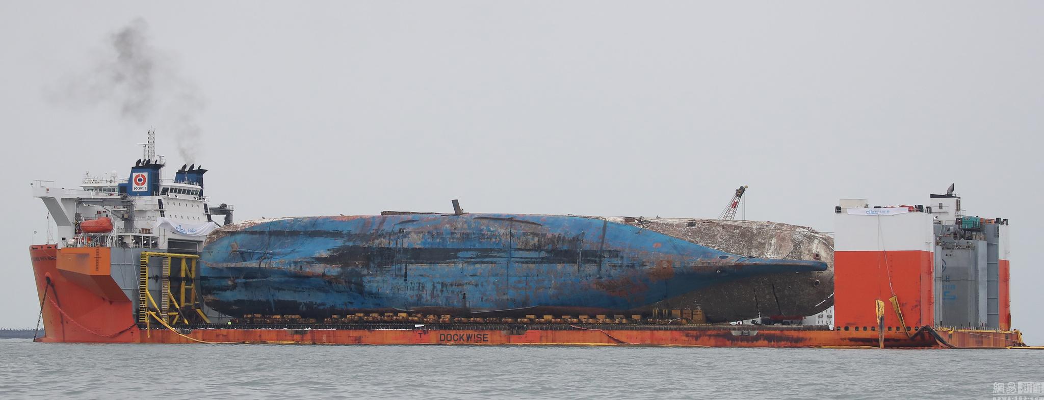 打捞世越号驳船全景