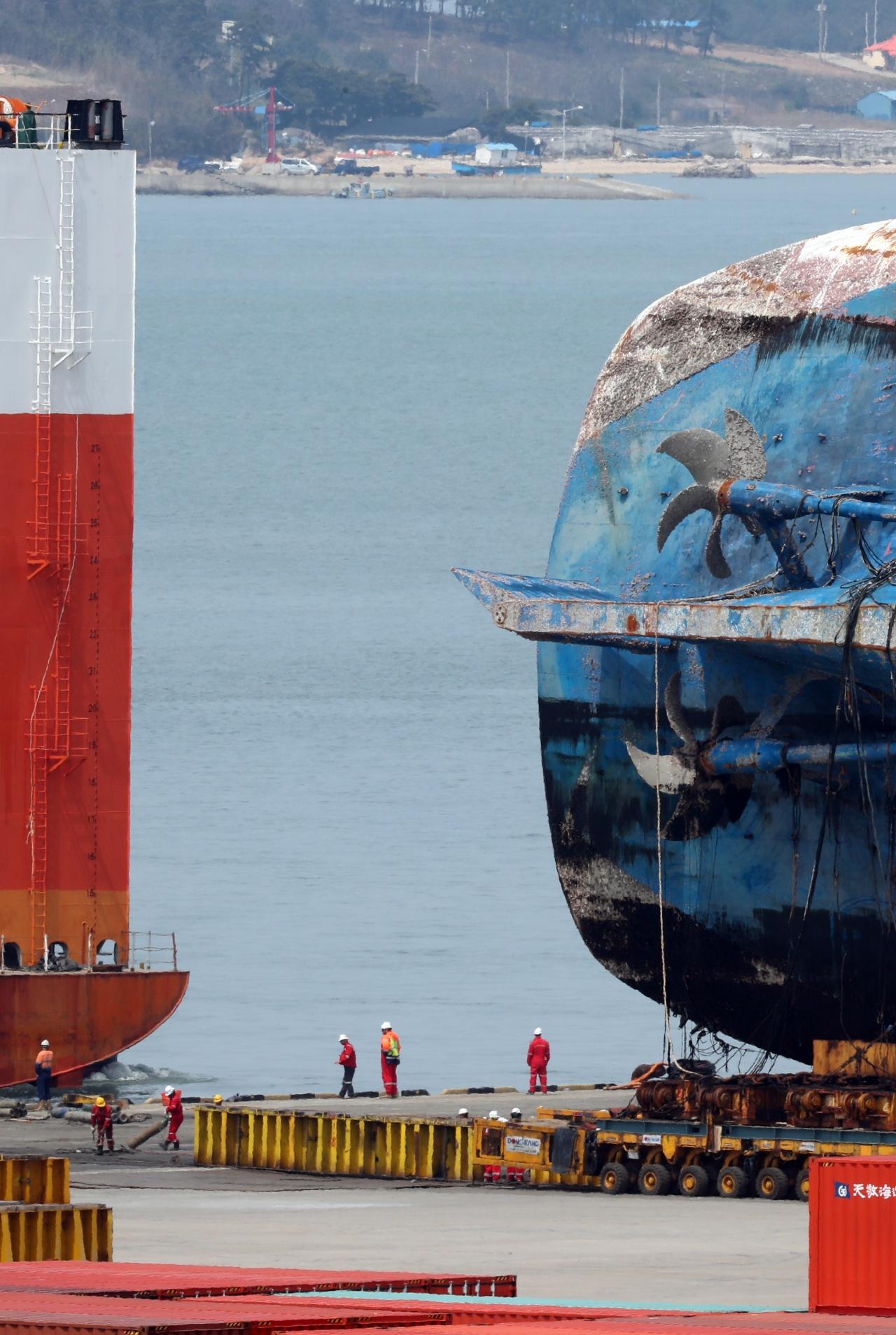 运输世越号的驳船驶离码头