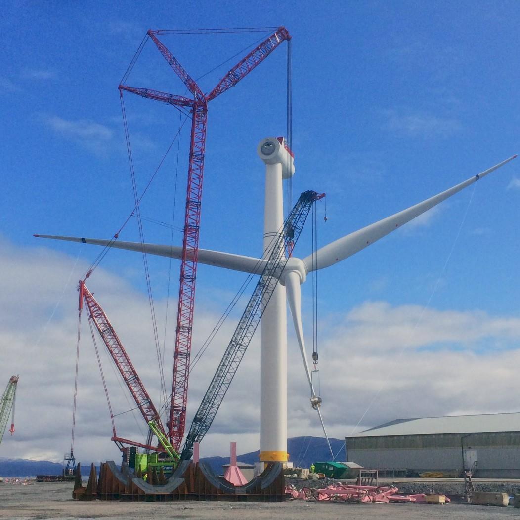 吊装已经安装好叶片的风力发电机机舱