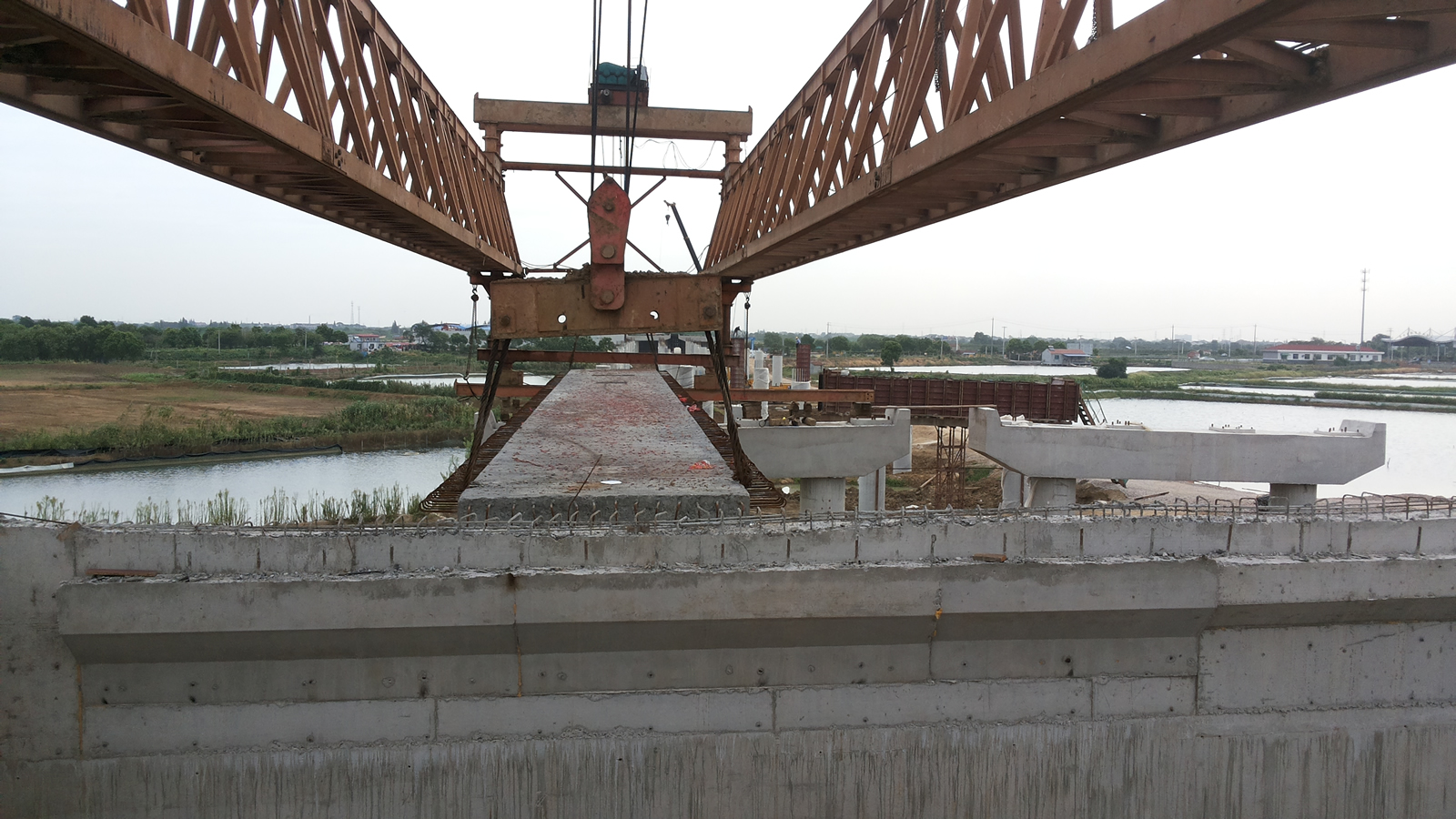 Launching girder lifting bridge section