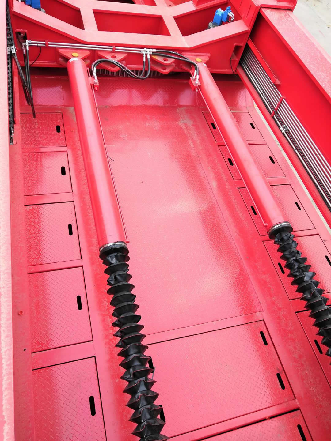 Long hydraulic cylinders enable the adaptor extendable in length