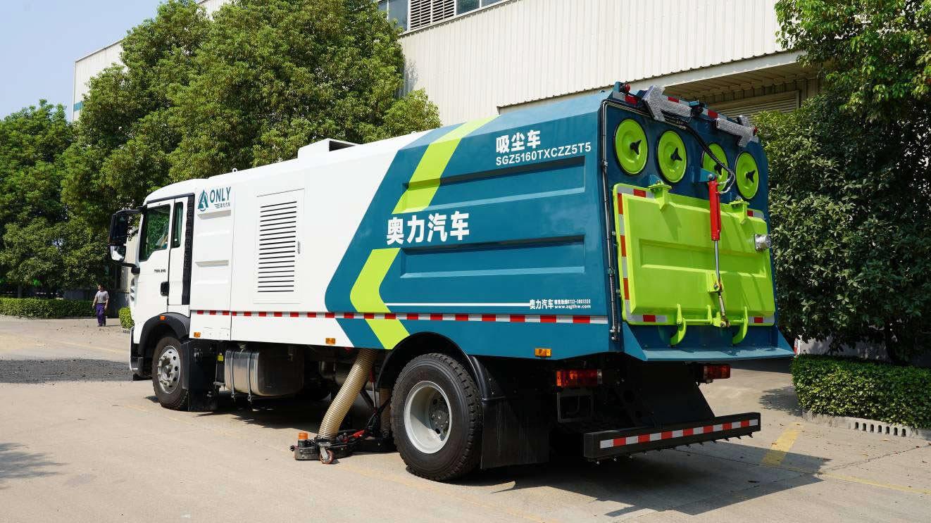 Steet cleaner truck